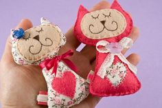 felt cats very cute Sewing Toys, Sewing Crafts, Sewing Projects, Fabric Animals, Felt Animals, Felt Fabric, Fabric Dolls, Felt Ornaments, Holiday Ornaments