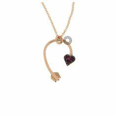 Κολιέ σε ροζ χρυσό Κ18 με κρεμαστό καμπυλωτό βέλος που καταλήγει σε καρδιά με τρία μικρά ρουμπίνια. Συνοδεύεται από εγγύηση ποιότητας ορυκτών πετρών. #καρδια #βελος #ρουμπινια #χρυσο #κολιε