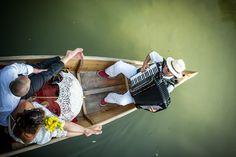 Fotograf: Foto Flausen - Andreass Brandl. Hochzeitsfoto im Boot mit Musikant auf der Fischach in Seekirchen. Hochzeitsfotograf Salzburg. Mehr: http://hochzeits-fotograf.info/hochzeitsfotograf/foto-flausen-andreas-brandl#Fotos