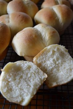 """Lamber s Throwed Rolls Clone: Lambert's is """"Home of the Throwed Rolls."""" Save yourself the trip and make these Lambert's Throwed Rolls (clone) at home. Bread Machine Recipes, Bread Recipes, Cooking Recipes, Yeast Rolls, Bread Rolls, Pan Focaccia, Macaroni And Tomatoes, Clone Recipe, Dinner Rolls Recipe"""