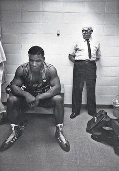 Mike Tyson y su entrenador, Cus D'Amato, antes de su primera pelea profesional.