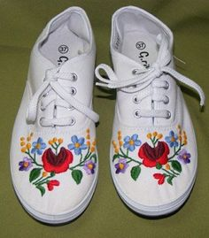 Embroidered shoes Mexican Embroidery, Hungarian Embroidery, Folk Embroidery, Embroidery Patterns, Chain Stitch Embroidery, Embroidery Stitches, Stitch Head, Diy Clothes And Shoes, Tennis Fashion
