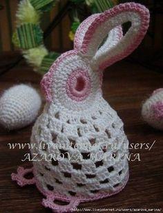 """Adorable lapin de Pâques , blanc aux bordures roses , trouvé sur le site de """" Crochet Kingdom """" , avec sa grille gratuite ! Au crochet n° 1,5 à 2 , avec le coton rose , commencer par la tête , monter 10 m.l. , fermé par 1 m. coulée + 3 m.l. pour tourner..."""