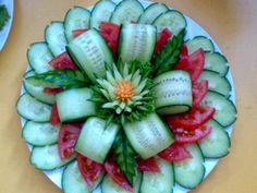 Veggie Tray Flower (cucumber & tomatoes) If you are wanting to get healthy & you need Appetite Control & Energy.You will LOVE Saba ACE I walk right past the candy isle. Click pic to get bott (Bottle Green Combination) Veggie Art, Fruit And Vegetable Carving, Vegetable Salads, Food Design, Design Design, Cute Food, Good Food, Veggie Platters, Food Garnishes