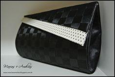 Bolsa em fita de cetim com detalhe em tecido externo. Mea, Clutch Purse, Purses, Pattern, Baby, Fashion, Satin Ribbons, Wallets, Diy And Crafts