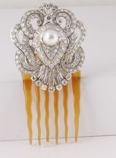 Art Deco platinum 12 carat diamond and south sea pearl hair pin. Vintage Hair Accessories, Vintage Hair Combs, Vintage Hats, Edwardian Hairstyles, Vintage Hairstyles, Pearl Hair Pins, Hair Jewels, Barrettes, Art Deco Jewelry