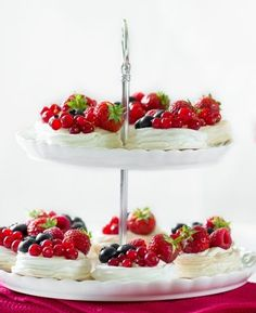 Master meringues with this step-by-step recipe. I made them into meringue nests topped with cream and fresh berries. The perfect summer dessert! Fun Baking Recipes, Best Dessert Recipes, Sweet Recipes, Delicious Desserts, Winter Desserts, Thanksgiving Desserts, Christmas Desserts, Sweet Soup, Romantic Meals
