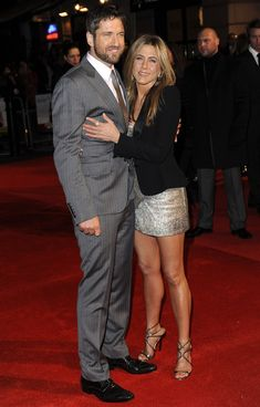 """Jennifer Aniston Photos - """"The Bounty Hunter"""" co-stars Jennifer Aniston and Gerard Butler pose together at the premiere held at Vue cinemas in Leicester Square. - Jennifer Aniston and Gerard Butler on the Red Carpet Jennifer Aniston Legs, Jenifer Aniston, Justin Theroux, Rachel Green, Fall Fashion Outfits, Casual Fall Outfits, Brown To Blonde Balayage, Lauren London, Hollywood"""