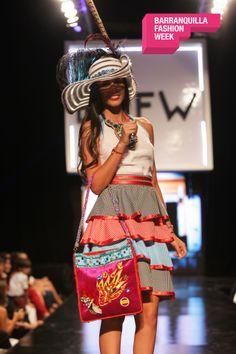Sombreros, bolsos, collares, y toda una novedad de accesorios carnavaleros nos presentó Orlando González.