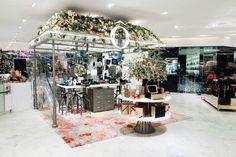 Partenaire du Printemps Haussmann pour les fêtes de fin d'année, Lancôme s'affiche dans les vitrines du grand magasin. La marque luxe de L'Oréal a en plus installé un pop-up store dans l'entrée du magasin principal.