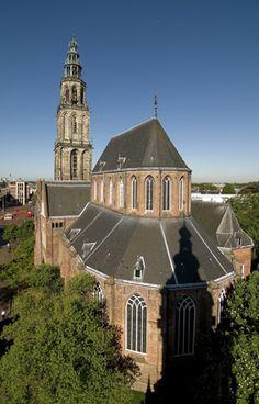 De Martinikerk, vroeger Sint-Maartenskerk genoemd, is de oudste kerk van de stad Groningen. De kerk en de bijbehorende Martinitoren zijn genoemd naar Sint-Maarten. De heilige Maarten van Tours (316 - 397) was de schutspatroon van het bisdom Utrecht waartoe de stad Groningen lange tijd behoorde. De huidige Martinikerk is een hallenkerk die voornamelijk uit de vijftiende eeuw dateert. Bron: Wikipedia.