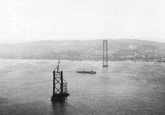 Ponte Salazar (Ponte 25 de Abril), Lisboa 1962. De bouw van de brug over de Rio Tejo (Taag) begon in 11/1962, de brug werd geopend in 8/1966. De stalen constructie van totaal 2278 m, middenstuk 1013 m, hangt 70 m boven het gemiddelde wateroppervlak en wordt gedragen door twee pilonen van 190 m. Later werd onder het wegdek een verdieping voor een spoorweg gehangen. Geïnspireerd door de Golden Gate Bridge in San Francisco
