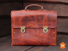 Classic men's briefcase from the original leather. Business Briefcase, Briefcase For Men, Leather Briefcase, Leather Work Bag, Leather Men, Brown Leather, Classic Man, Vegetable Tanned Leather, Laptop Bag