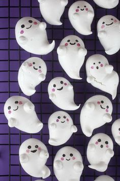 Look at these ghoulishly cute meringues I made for Halloween. I love their puffy little bodies. Crisp on the outside and chewy and soft on the inside. They are easy to make and Halloween Punch, Halloween Party Snacks, Halloween Baking, Halloween Games For Kids, Halloween Appetizers, Halloween Desserts, Halloween Cupcakes, Fall Halloween, Happy Halloween