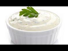 Receta de Bruno Oteiza para preparar salsa de yogur casera, ideal para acompañar ensaladas, kebabs, falafel y otros platos.