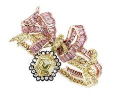 DIOR. Bague / Ring « Salon de l'Abondance », Or jaune et rose 750/1000e, argent noirci, diamants, diamants jaunes et saphirs roses. 750/1000 yellow and pink gold, darkened silver, diamonds, yellow diamonds and pink sapphires. #DIOR #DIORÀVersailles #DIORJewellery #HighJewelry #FineJewellery #Diamond #Diamant #PinkSapphire #SaphirRose