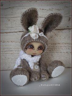 Petit lapin de couleur naturelle et blanche en laine cardée feutrée : Autres art par la-fee-chiffonnee