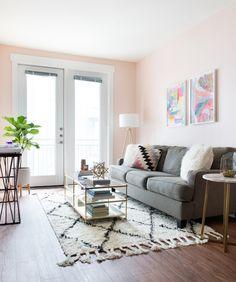 White light - white pot - light carpet - light pillow