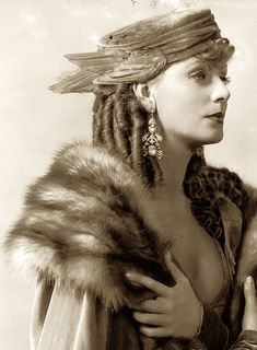 Greta Garbo, Romance — 1930 - velvet hat with bird wings. It looks like the chapeau of a Greek Goddess! Vintage Hollywood, Old Hollywood Glamour, Vintage Glamour, Vintage Beauty, Classic Hollywood, Hollywood Stars, Divas, Viejo Hollywood, Beautiful People