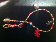 """How to make a """"Martis"""". The custom of making and wearing this little thread bracelet dates back to ancient Greek times and still thrives today, and is still worn to protect from the first hot sun of spring in Greece. String Bracelets, Thread Bracelets, Jewelry Bracelets, Jewellery, Paracord Projects, Macrame Projects, Diy Projects, Hemp Jewelry, Jewelry Crafts"""