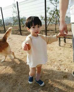 La imagen puede contener: 1 persona, niños y exterior Cute Baby Boy, Cute Little Baby, Lil Baby, Little Babies, Cute Boys, Baby Kids, Cute Asian Babies, Korean Babies, Asian Kids