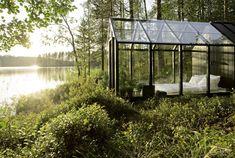Zwei finnische Architekten haben ein Glashaus designt, das sich auch als klassisches Gartenhaus eignet.