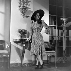 Large hatted 1940s daywear glamour.