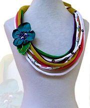 colar de tiras de tecido e flor