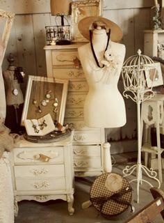 Love the vintage mannequin Flea Market Displays, Store Displays, Booth Displays, Flea Markets, Craft Displays, Window Displays, Vintage Display, Vintage Market, Vintage Shops