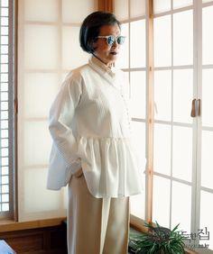 우리나라를 대표하는 패션 디자이너들은 어떻게 한복을 입을까요? 자신만의 색色과 선線을 담아 직접 지은 한복을 입고 아홉 명의 디자이너가 모였습니다.
