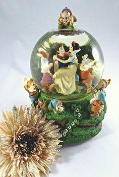 DISNEY SNOW GLOBE  Music Box of Snow White and the Seven