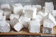 Bruk rolige juledager til å teste ut å lage hjemmelagde Marshmallows! Marshmallows ser vanskelig ut å lage selv, men det er faktisk lett å få til dersom oppskriften er god. Disse blir hvite og luftige, smaker vanilje, og smelter på tungen. Hjemmelagde marshmallows er nydelige å spise som de er eller å ha i en kopp varm sjokolade. Og de er fantastiske å gi bort som spiselig julegave! Feta, Marshmallows, Cheesecake, Dairy, Baking, Desserts, Cakes, Marshmallow, Tailgate Desserts