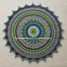 Karin aan de haak! Kleedje voor Boeddha - Patroon Crochet Diy, Crochet Round, Crochet Home, Love Crochet, Beautiful Crochet, Crochet Mandala Pattern, Crochet Circles, Crochet Squares, Crochet Granny
