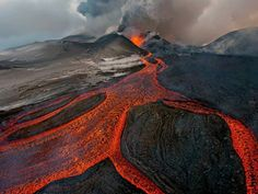 The Natural History Museum Wildlife Photographer of the Year Photo by Gorshkov Sergey Mother Earth is alive and moving. Volcan Eruption, Art Café, Photo Animaliere, Nature Sauvage, Concours Photo, Reserva Natural, The Embrace, Lava Flow, Viewing Wildlife
