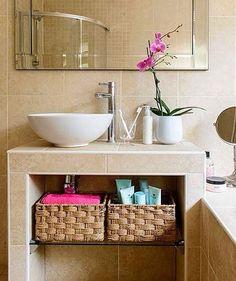 Para baños pequeños. Canastos de mimbre ocupan poco espacio y quedan vistosos