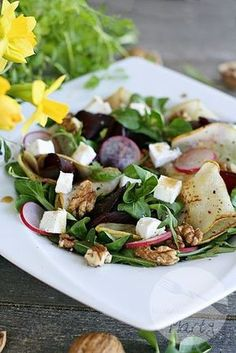Sałatka z pieczonymi burakami, gruszką i serem feta