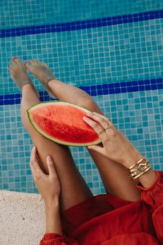 Sommer Style zum träumen. Frische Melonen, luftige Outfits, schwimmen im Swimmingpool und strahlend goldener Schmuck. Für alle, die gerade im Büro sitzen, auf dem Sofa liegen und an den Sommer denken. Entdecke Schmuckstyles, die du nicht nur im Sommer tragen kannst. • www.josemma.de Josemma, Goldschmuck, Schmuck, Festival, Melone, Gold Schmuck, Armreife, Swimmingpool, Schwimmbad, Rot, Wasser, Sommerliebe Festival Fashion, Festival Style, Grapefruit, Summer Vibes, Photography, Outfits, Jewelry, Big Earrings, Bangles