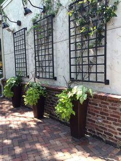ideas for exterior wall garden fence Outside Wall Decor, Patio Wall Decor, Outdoor Wall Art, Outdoor Walls, Outdoor Spaces, Outdoor Patios, Art Mural En Plein Air, Exterior Wall Design, Exterior Decoration