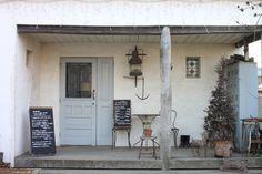 店内にはどんな空間が待ち受けているのか・・・わくわくさせてくれるカフェの入り口。