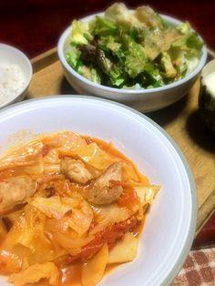 鶏肉もっと入れれば良かった…明日追加しようかな。 サラダはオクラが何処にあるのか見えない - 3件のもぐもぐ - 鶏肉とキャベツのトマト煮&オクラとピーマンとレタスのサラダ by palico