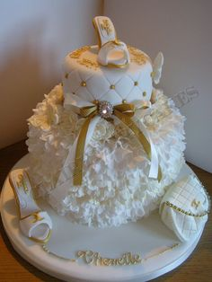 Hi all, i made this cake for a young lady who not only loves chanel but who's name is Chenelle. Hope you like it. Pretty Cakes, Beautiful Cakes, Amazing Cakes, Fondant Cakes, Cupcake Cakes, Shoe Cakes, Cupcakes, Glamour Cake, Chanel Cake