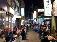 지난 17일 저녁 9시쯤 서울 을지로 노가리 골목. 일대 17개 점포에 수백개의 좌석이 펼쳐져 있다. /윤민혁 기자