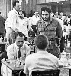 El Che Guevara observando la partida entre Griff y Spassky. Memorial Capablanca 1962.