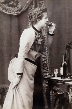 Vintage Photos of Ladies Drinking - New Year's Eve Drinking Vintage Photos Women, Vintage Ladies, Womens Fashion For Work, Latest Fashion For Women, New Years Eve Drinks, Gal Got, Vintage Trends, Vintage Ideas, Vintage Wine