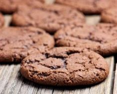 These No-Guilt Almond Butter Chocolate Chip Cookies are a healthy upgrade from traditional sugar and flour-based varieties. Diabetic Cookie Recipes, Diabetic Desserts, Double Chocolate Cookies, Butter Chocolate Chip Cookies, Crisp Cookies Recipe, Biscuits Double Chocolat, Avocado Cookies, Cooking Cookies, Perfect Cookie