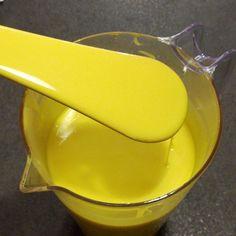 Recette facile du glaçage miroir jaune sans chocolat blanc ni lait concentré. Ce glaçage rouge miroir sera parfait pour terminer vos gâteaux et entremets.