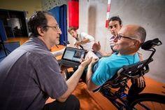 paraplégique depuis plus de vingt ans, Jerome va parcourir 750 m sur un vélo actionné par ses jambes grâce à la simulation éléctrique