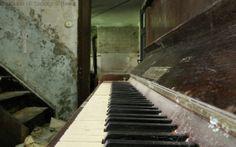Old Piano Wallpaper - music Wallpaper Musik Wallpaper, Piano Wallpaper, Cool Wallpaper, Black Wallpaper, Used Piano, Old Pianos, Lost Keys, Worship The Lord, Shops