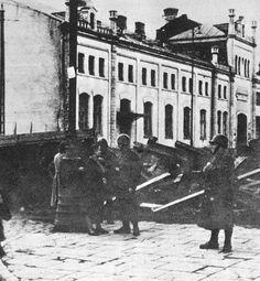 Barykada przed budynkami Zjednoczonych Browarów Warszawskich, 1944 r., fot. archiwum