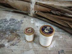 Carreteles de hilo de coser y manojo de cortezas de Eucaliptus, 2013